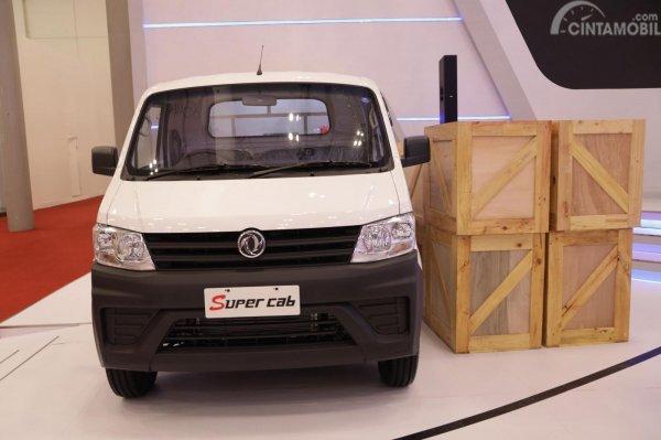 Mobil DFSK Super Cab 2019 berwarna putih di booth DFSK