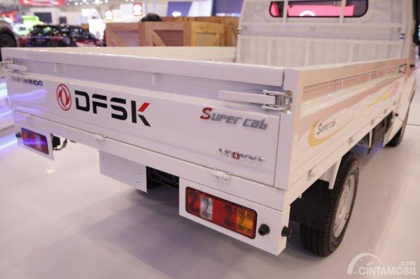 Varian DFSK Super Cab dilihat dari belakangnya