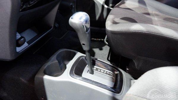 Gambar menunjukkan tuas transmisi Daihatsu Ayla SE A/T 2019