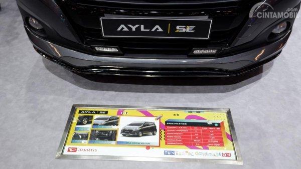 Gambar sebuah mobil Daihatsu Ayla SE A/T 2019 dilihat dari sisi depan