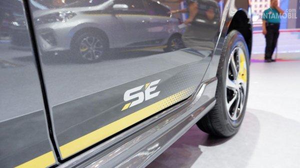 Gambar menunjukkan Stiker bodi samping mobil Daihatsu Ayla SE 2019