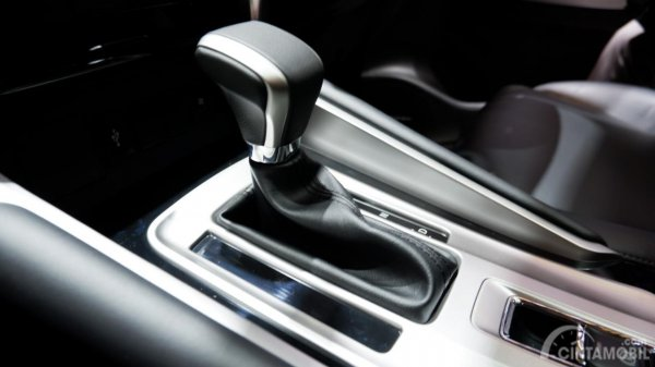 Gambar Tuas transmisi 8 Percepatan Mitsubishi Pajero Sport Rockford Fosgate Black Edition 2019