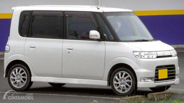 Gambar menunjukkan sebuah mobil Daihatsu Tanto Custom 2005 1st Gen