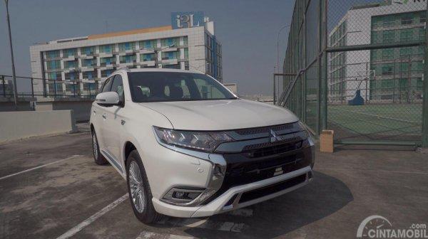 Mitsubishi Outlander PHEV berwarna putih