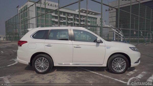 Terlihat tampak samping Mitsubishi Outlander PHEV 2019 yang dijual di Indonesia