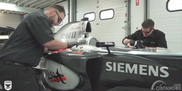 pengerjaan detailing mobil Formula 1 milik Mercedes berwarna hitam