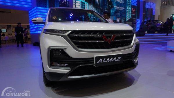 Wuling Almaz Smart Enjoy di GIIAS 2019 berwarna putih