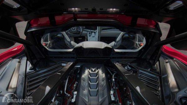 mesin Chevrolet Corvette C8 berwarna merah