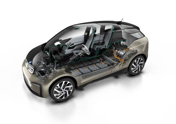Foto menunjukkan mobil BMW i3s 2019 dengan ilustrasi motor elektrik dan baterai