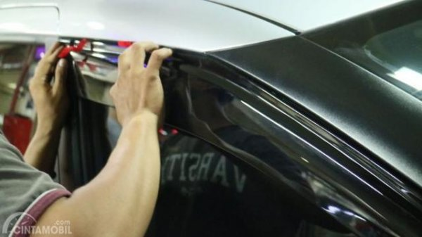 Memasang talang air mobil