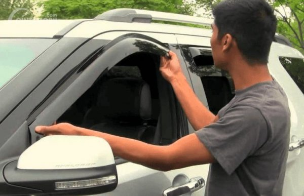 Konsumen memasang talang air pada mobilnya