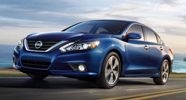 Foto menunjukkan mobil sedan Nissan Altima warna biru, tampak dari samping depan