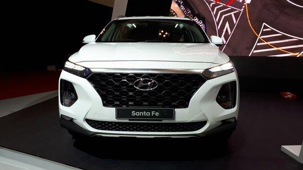 Foto Hyundai Santa Fe GLS Gasoline 2019 tampak frontal dari depan