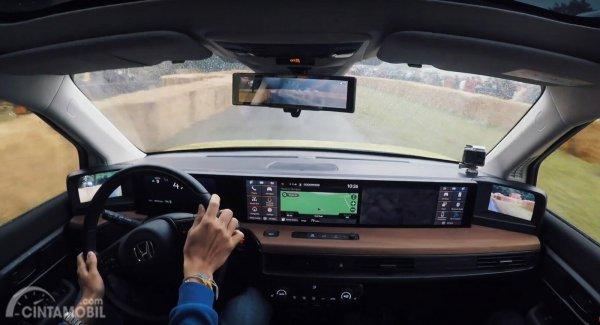 ilustrasi pengemudi di dalam kabin Honda E
