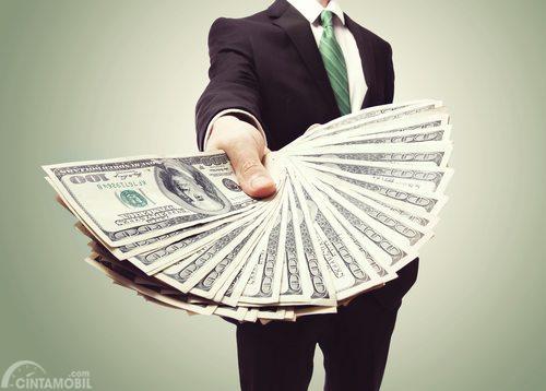 Orang menyerahkan uang tunai