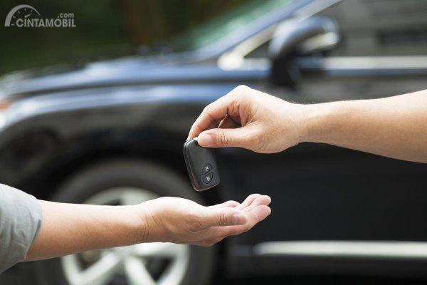 Meminta kunci mobil