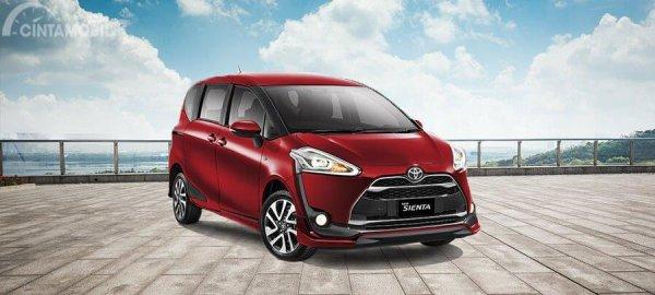 Toyota Sienta 2019 berwarna merah di Indonesian