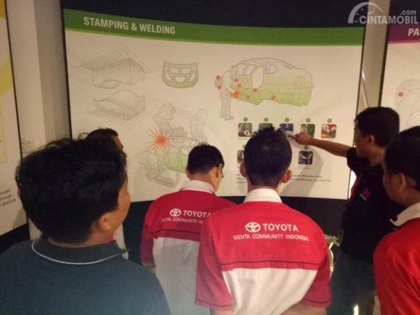Kegiatan Toyota Sienta Community Indonesia saat mengunjungi 3M Customer Innovation Center
