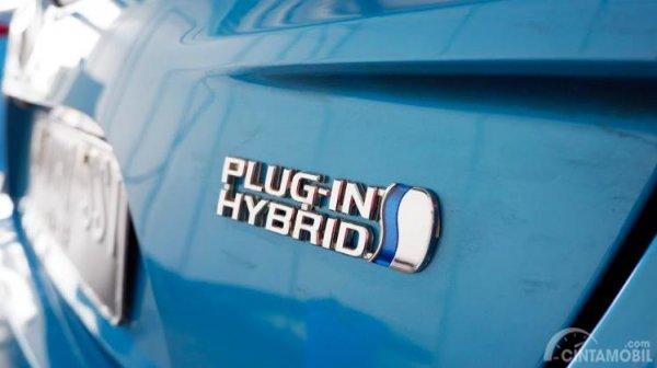 Logo Plug-in Hybrid pada Toyota Prius