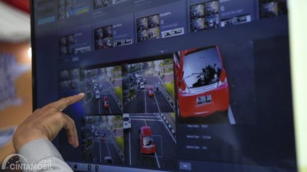 Gambar menunjukkan Polisi menganalisa tilang elektronik