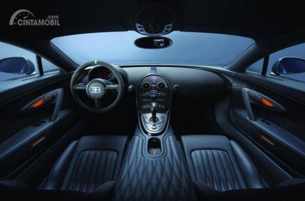 Dashboard Bugatti Veyron 2010 hanya didominasi warna hitam saja tanpa ada sentuhan warna lainnya