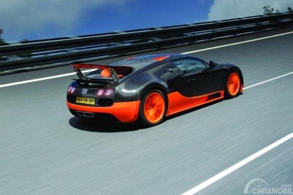 Eksterior Belakang Bugatti Veyron 2010 punya Spoiler canggih yang bisa menutup dan terbuka secara otomatis, sesuai tingkat kecepatan