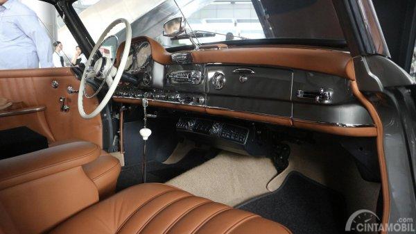 Foto Mercedes-Benz 190 SL 1956 dari sisi dashboard dan setir