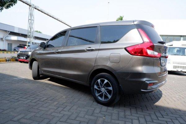 Gambar menunjukkan tampilan samping Suzuki Ertiga GX 2019