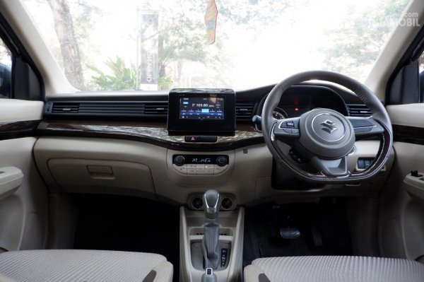 Gambar menunjukkan layout dasbor Suzuki Ertiga GX 2019