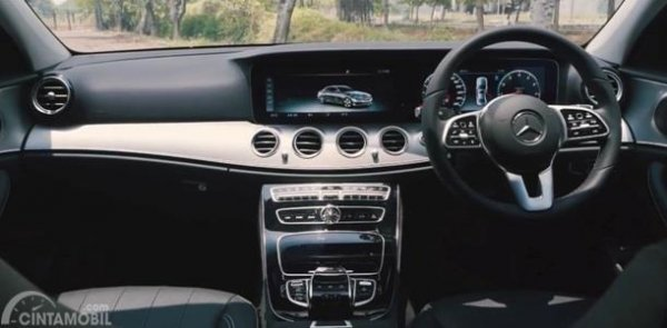 Dashboard Mercedes-Benz E200 Avantgarde Line 2019 dibalut dengan bahan Aluminium Trim dipadu tema Trapeze Cut