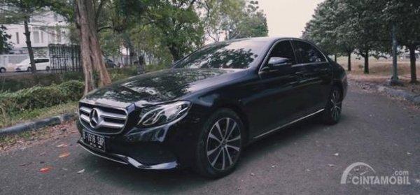 Eksterior Samping Mercedes-Benz E200 Avantgarde Line 2019 sudah dilengkapi pelek berdesain elegan berukuran 18 inci