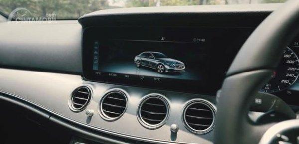Fitur Hiburan Mercedes-Benz E200 Avantgarde Line 2019 menyajikan dua buah panel Head Unit berukuran 12,3 inci yang sudah didukung format seperti Apple CarPlay serta Android Auto