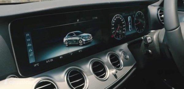 Head Unit Mercedes-Benz E200 Avantgarde Line 2019 menggunakan dua layar yang masing-masing punya ukuran 12,3 inci, mendukung tema Wide Cockpit