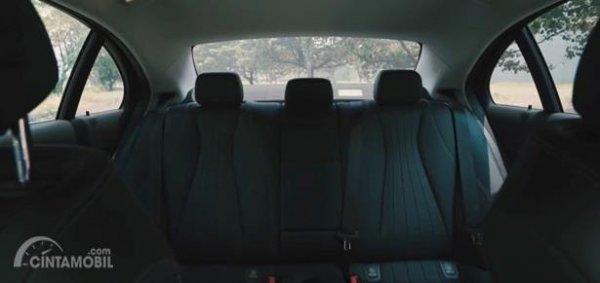 Kursi Mercedes-Benz E200 Avantgarde Line 2019 mampu menampung lima orang termasuk supir dan juga semua kursinya dibalut bahan kulit elegan