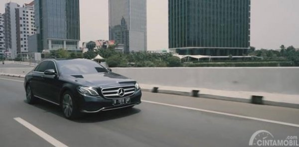 Performa Mercedes-Benz E200 Avantgarde Line 2019 mampu melakukan akselerasi 0-100 Km/Jam dalam tempo 7,6 detik dan tergolong hemat bahan bakar