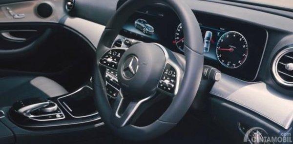 Setir Mercedes-Benz E200 Avantgarde Line 2019 menggunakan model tiga palang lengkap dengan berbagai tombol multifungsi