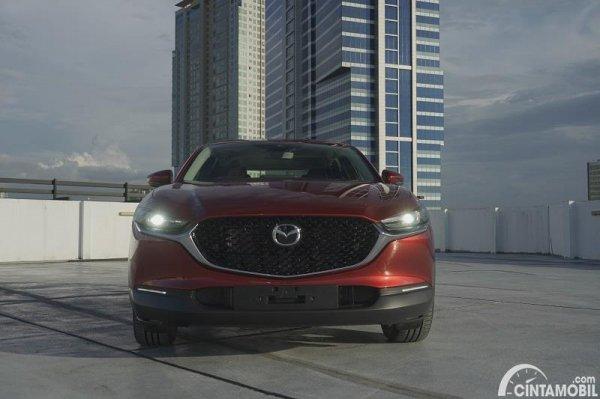 tampilan depan Mazda CX-30 2020 berwarna merah