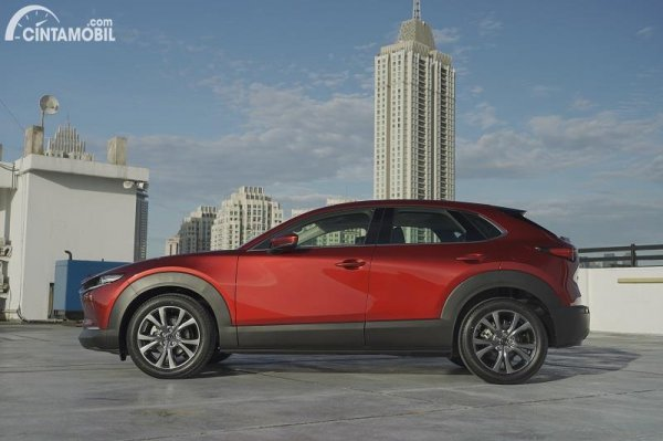 tampilan samping Mazda CX-30 2020 berwarna merah
