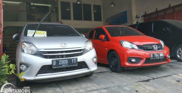 Foto Toyota Agya dan Honda Brio Satya dijual