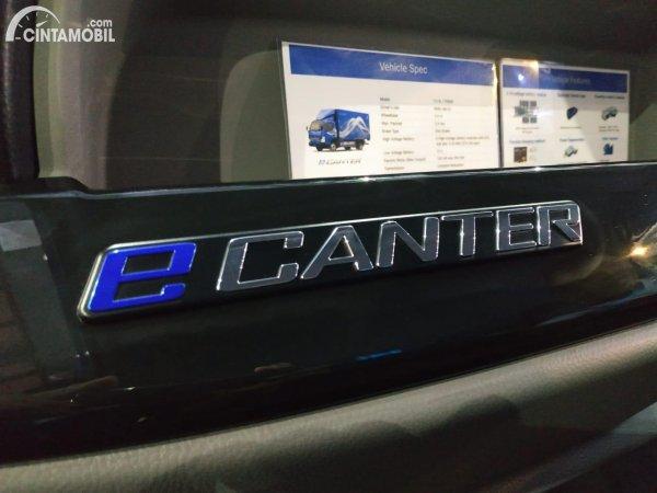 Foto emblem Mitsubishi Fuso eCanter