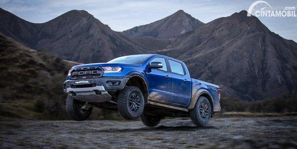 Gambar menunjukkan Ford Raptor 2020 sedang jumping