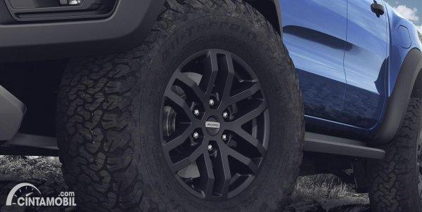 Gambar menunjukkan ban dan pelek Ford Raptor 2020