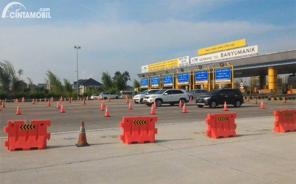 Foto menunjukkan Gerbang Tol Banyumanik
