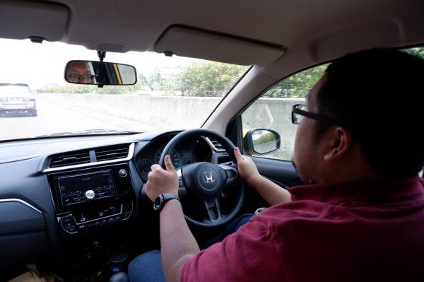 Foto tim Cintamobil.com sedang mengendarai All-new Honda Brio Satya
