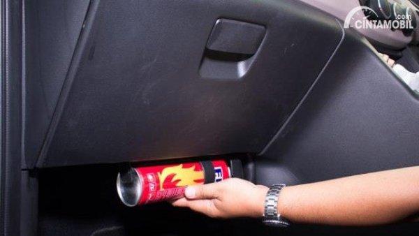 Meletakkan APAR mobil di bawah dashboard