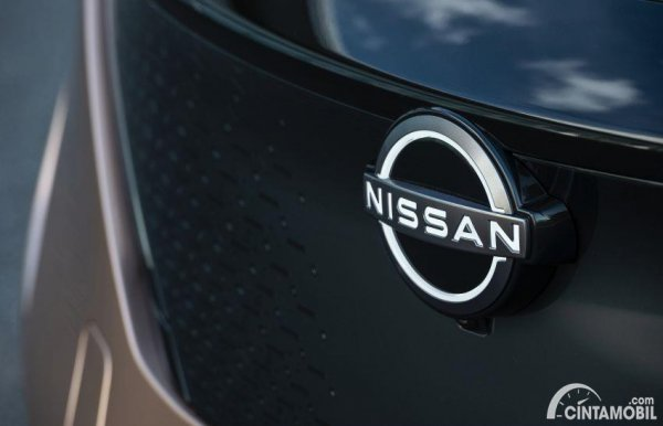 logo Nissan di Nissan Ariya berwarna putih
