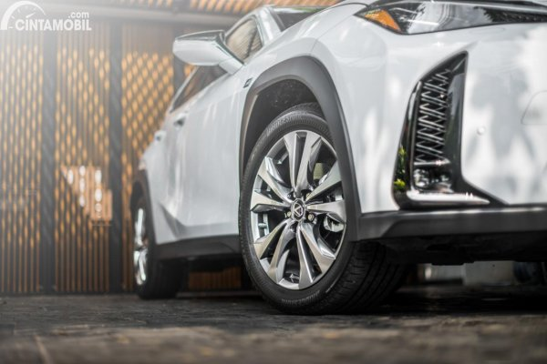 Gambar ban dan velg Lexus UX 200 F SPORT AT 2020