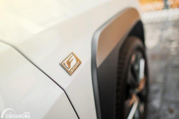 Gambar logo F SPORT pada Lexus UX 200 F SPORT 2020