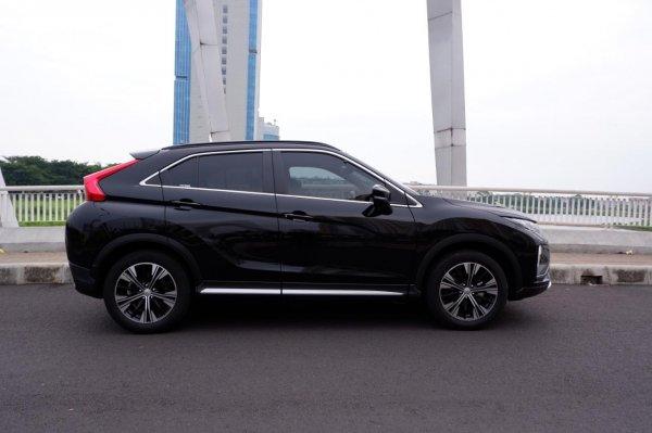 Foto tampilan samping Mitsubishi Eclipse Cross Amethyst Black
