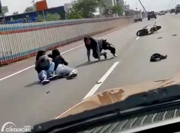 Foto menunjukkan Sepeda motor masuk tol mengalami kecelakaan